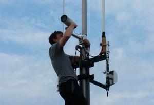 Christian F5UII au montage de la caméra sur mât