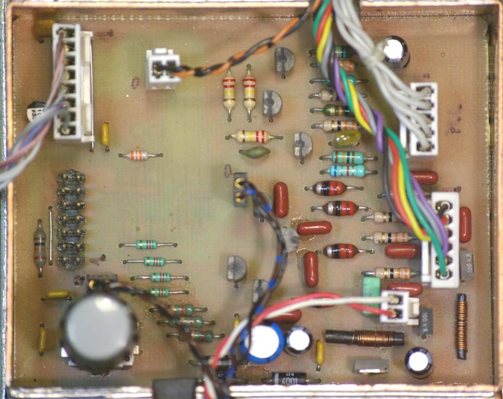 Vue de la platine gestion: PLL-LCD-RELAIS. Le MSP430-1232 se trouve coté cuivre